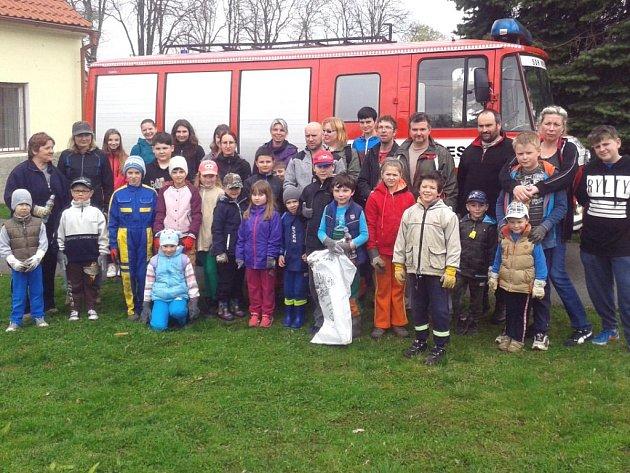 Dobrovolní hasiči Nesuchyně přiložili ruce k dílu a společně s místními obyvateli (především dětmi) uklidili od nepořádku krajinu v obci i jejím okolí.