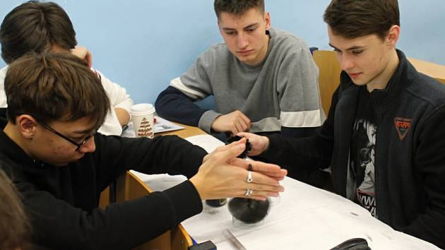 Hodiny moderní chemie v rakovnickém gymnáziu byly na téma forenzní analýza.