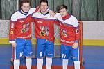 Odchovanec rakovnického hokejbalu Jan Prokop (vpravo) byl v přípravě se Slováky vidět. Na fotce je s Jiřím Hrabárem a Marcelem Malinou.