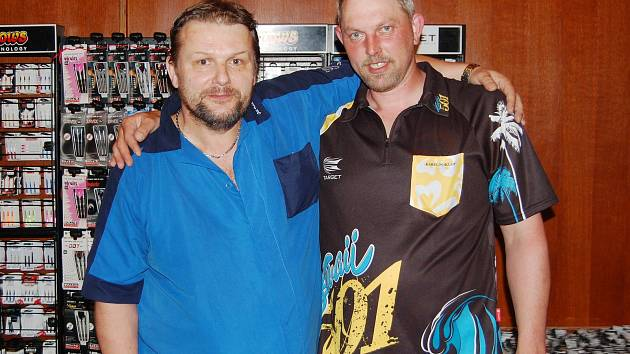 Karel Poklop (vpravo) s Jiřím Holíkem z týmu TJ Sparta Úpice, který Karla  ve čtvrtfinále porazil.
