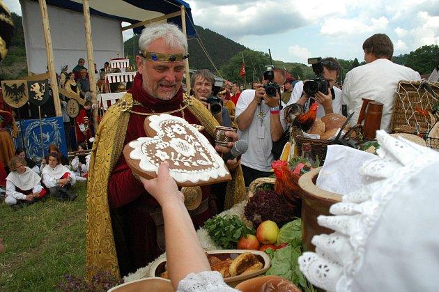 PODSTATNĚ SKROMNĚJŠÍ než loni má být letos Královský průvod z Prahy na Karlštejn. Ale uskuteční se i přes nepřízeň představitelů krajského hejtmanství.