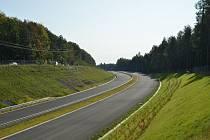 Dokončovaný úsek dálnice D6 u Krušovic.