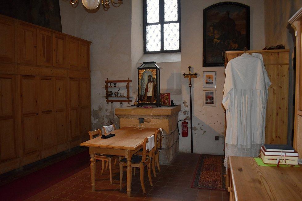 Interiér rakovnického kostela sv. Bartoloměje nabízí množství cenných památek, které si zaslouží svoji péči. V plánu je nyní dokončení obnovy pískovcové dlažby, ale také restaurování dveří do sakristie či nové osvětlení kostela.