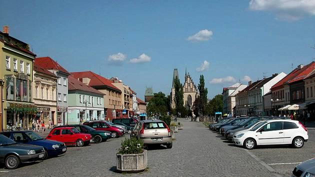Husovo náměstí. V pozadí kostel svatého Bartoloměje.