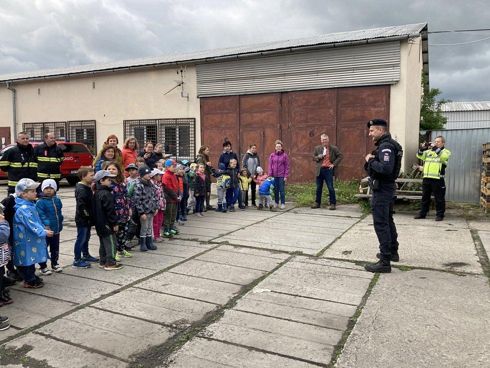 Pod pokličku činnosti hasičů a policistů nahlédly také všechny třídy nejmenších ratolestí ze SŠ, ZŠ a MŠ Rakovník, p.o.