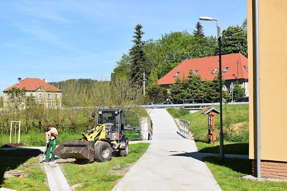 Krušovičtí už mají za sebou úpravy ve škole a prostranství před ní. Nyní jsou na řadě silnice.