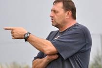 Lidé odvedle: novostrašecká fotbalová legenda Miloslav Mrázek na lavičce Tuchlovic.