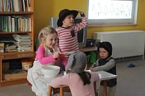 Děti hrají pohádku O Koblížkoví