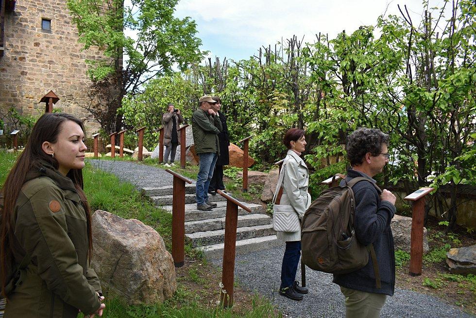 Z otevření geologické expozice Vybrané horniny okresu Rakovník na parkánu u rakovnického Muzea TGM.