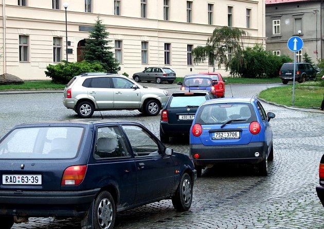 DLOUHÉ KOLONY AUTOMOBILŮ před budovou Gymnázia Zikmunda Wintra v Rakovníku by mohly teoreticky zmizet. Záleží nyní pouze na výsledcích dopravní studie.