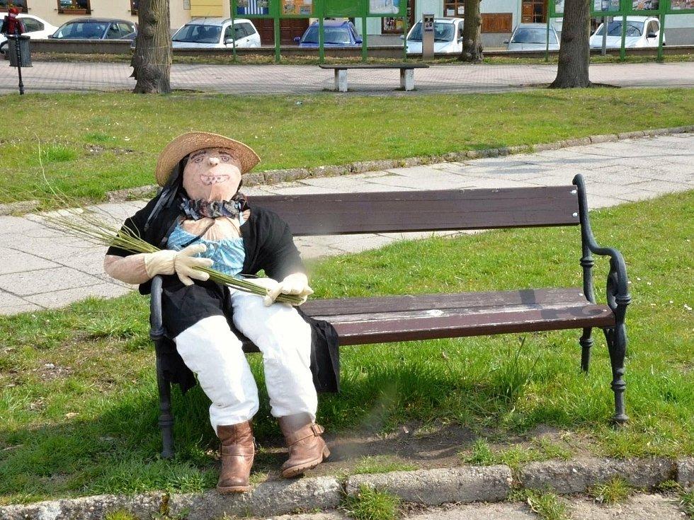 Čarodějnická výzdoba na Komenského náměstí v Novém Strašecí.
