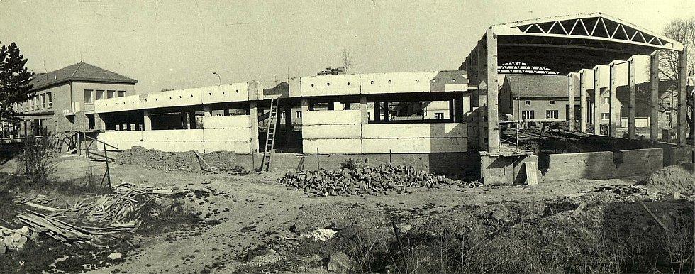 Šanov, montáž tělocvičny - 1976.