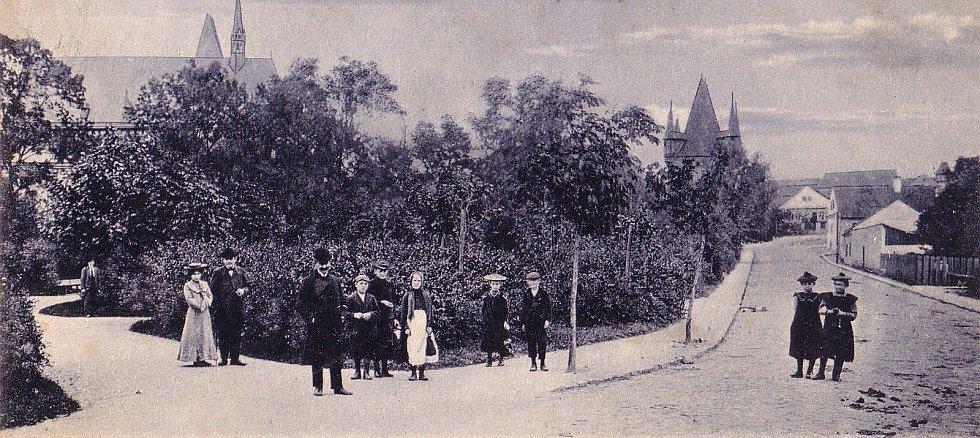 Část parku vyfocena z místa, kde je dnes přechod pro chodce na přelomu 19. a 20. století.