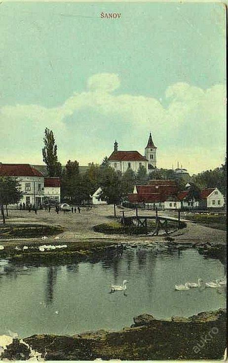 Šanov, pohled na rybník a náves z roku 1904.