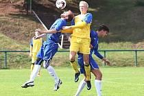 Fotbalisté rezervy SK Rakovník (ve žlutém) jsou v polovině sezony na prvním místě tabulky I.B třídy skupiny A. na jaře budou hájit svůj náskok.