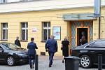 Návštěva Ivany Zemanové v Rabasově galerii v Rakovníku. Květinu jí předal ředitel galerie akademický malíř Václav Zoubek.