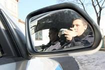 Rakovničtí policisté intenzivně pátrají po pachatelích již osmi přepadení na ulici.