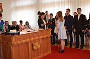 Pro maturitní vysvědčení přišlo celkem třiatřicet gymnazistů.