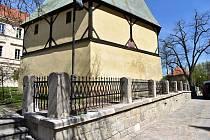 Opravu zárubní zdi u zvonice kostela sv. Bartoloměje v Rakovníku provedlo kamenictví Ladislav Humpál. Kované zábradlí je od kovářství Krásná Práce Jiřího Hávy z Roztok u Křivoklátu.