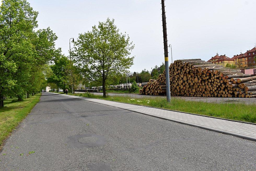 U příjezdové silnice k vlakovému nádraží v Rakovníku vzniknou nová parkovací stání.