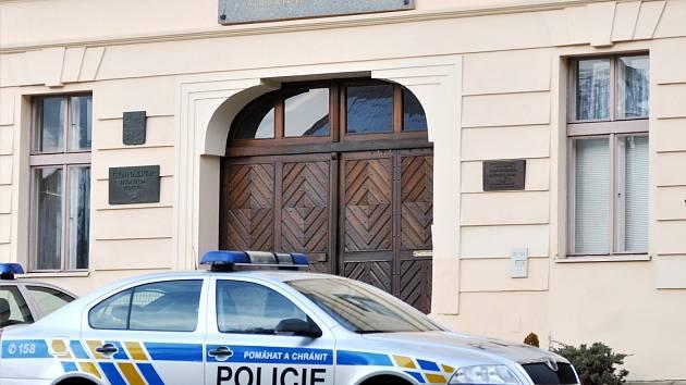 Čtrnáctiletý žák bodl nůž do zad své učitelce