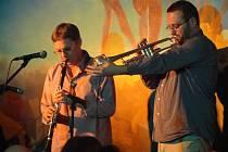 Foyer Tylova divadla v Rakovníku byl poslední listopadový pátek svědkem už 60. jazzového večera.
