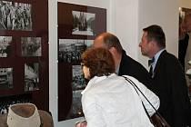 Zahájení výstavy 1989 Nezapomínáme. Připomínáme se konalo v Roubence Lechnýřovně a v Galerii Samson Cafeé v Rakovníku.