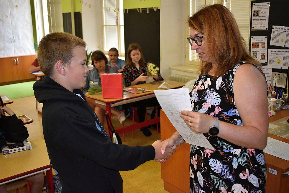 Předávání vysvědčení v třídě 5. B 1. základní školy v Rakovníku.