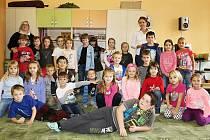 Žáci první třídy ZŠ a MŠ Lužná s třídní učitelkou Lucií Hlavsovou (vpravo) a asistentkou pedagoga Evou Šiškovou.