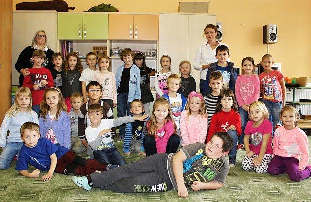 Žáci první třídy ZŠ a MŠ Lužná střídní učitelkou Lucií Hlavsovou (vpravo) a asistentkou pedagoga Evou Šiškovou.