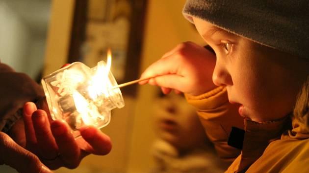 Adventní svícení na Husově náměstí v Rakovníku.