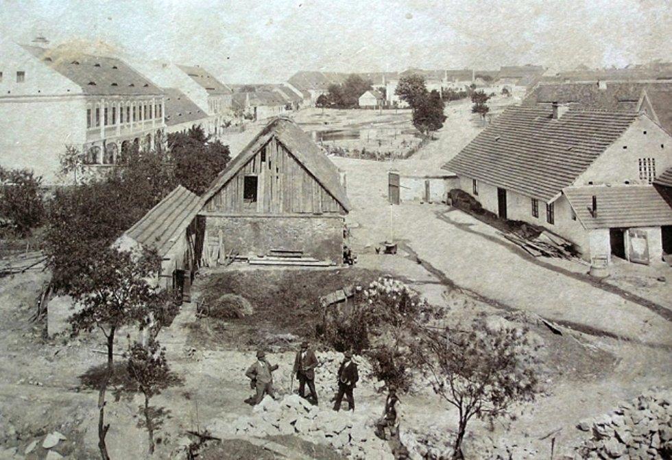 Pohled na náves u dolního rybníka na počátku 20. století.