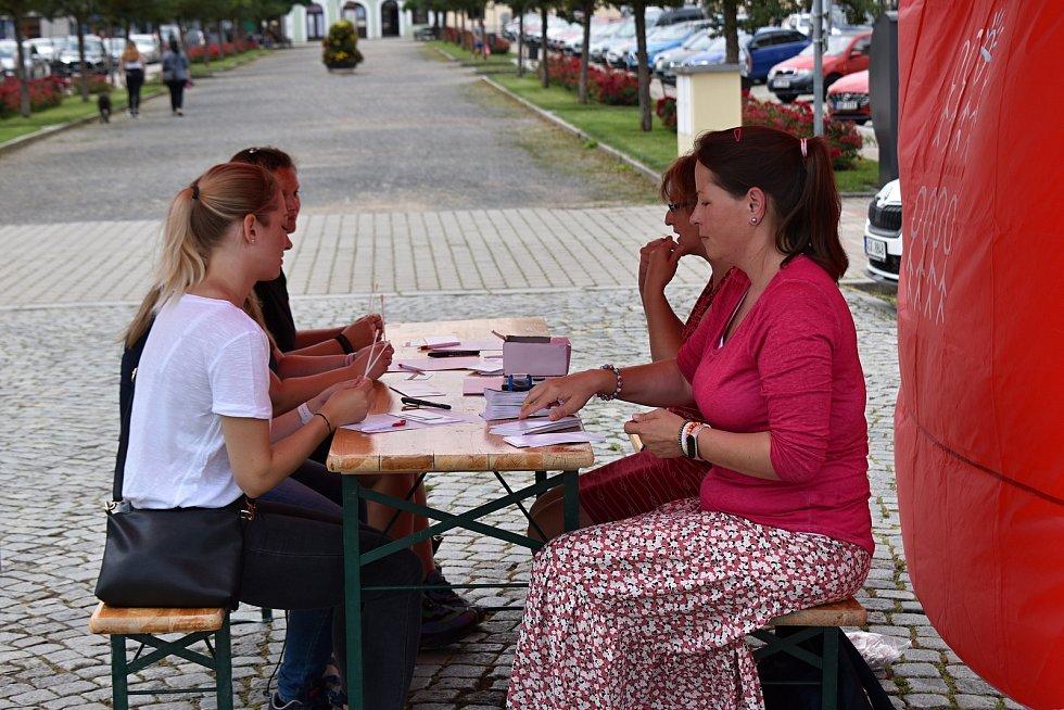 Z náboru dárců kostní dřeně na rakovnickém náměstí.