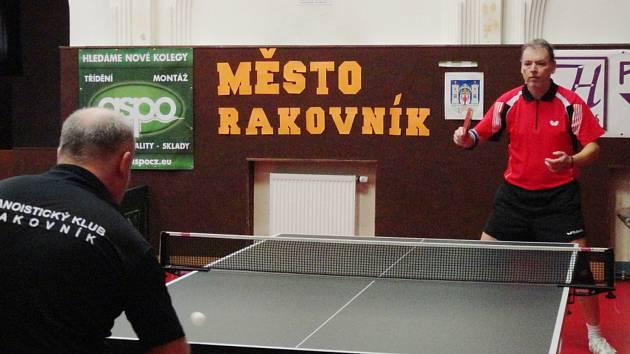I když v souboji jedniček týmů Vlček ( čelem) Štěpánkovi podlehl, nakonec se z výhry radovali vyrovnanější hráči KST – KK Rakovník.