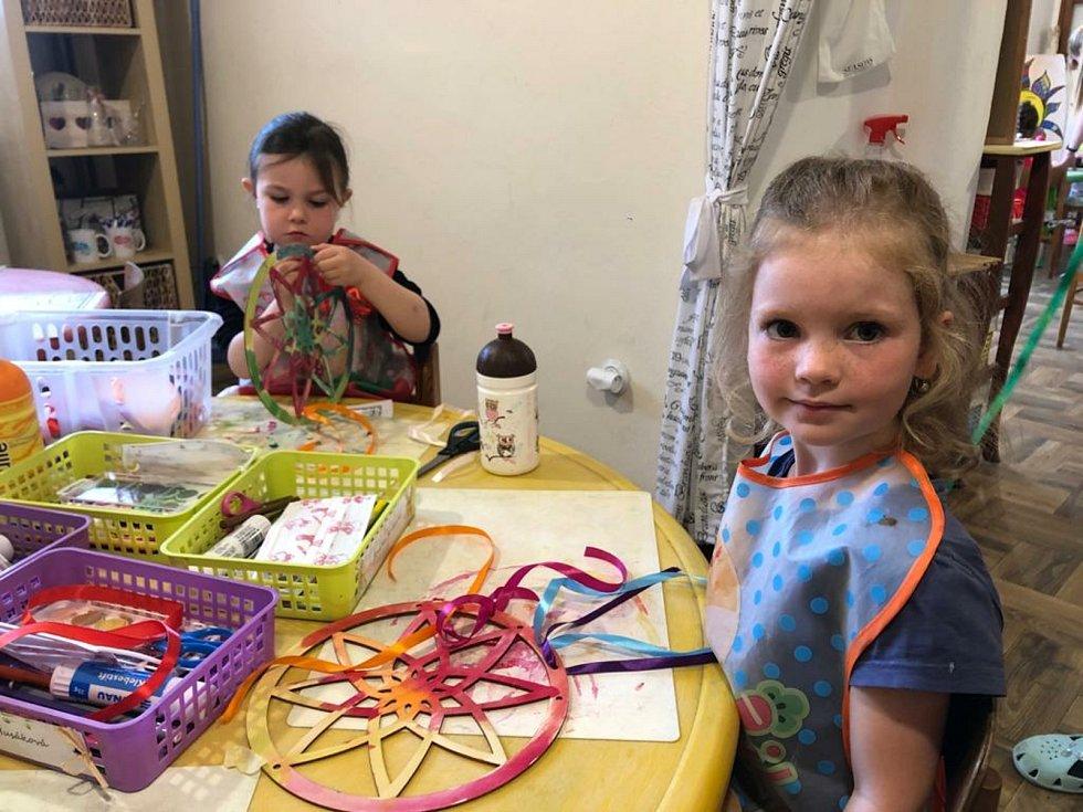 Kreativní kroužek Agátka v Rakovníku může opět fungovat. Nadšené jsou děti i majitelka Martina Němcová.