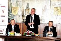 Jednání za zavřenými dveřmi. Zleva hejtman Miloš Petera, prezident ČR Miloš Zeman a starosta města Pavel Jenšovský.