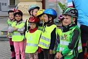 Tým Recyklojízdy dorazil na rakovnické Husovo náměstí asi hodinu po poledni. Podívat se k jejich stánku přišly krom ostatních také děti z MŠ Klicperova.