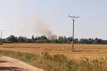 Kouř stoupající z místa požáru byl vidět na kilometry daleko.