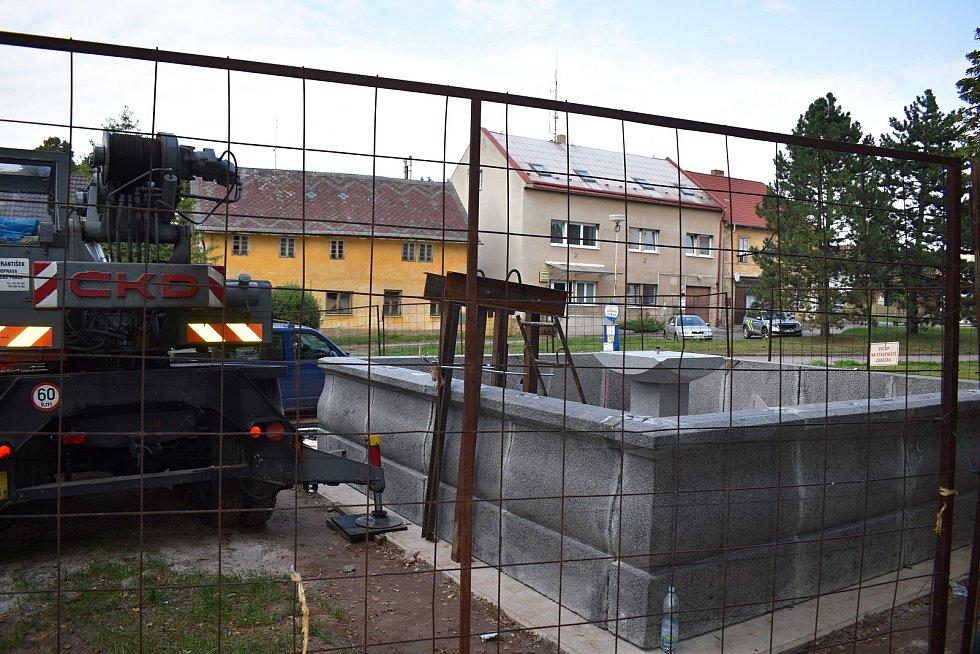 Kašna ve středu jesenického náměstí je před dokončením.