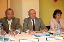 Druhý zleva sedí nově zvolený starosta Nového Strašecí Miroslav Roček a vedle něj v po pravici nový radní Štefan Podhorec.