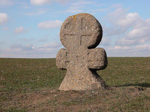 V horní části, v hlavě kříže u Stebna, je  po obou stranách  takzvaný tlapatý kříž, stejně jako na ramenech dva menší, což svádí k myšlence modernizace tohoto kamene ještě  v minulosti.