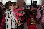 Z dětského karnevalu s Bárou Ladrovou a jejími plyšovými kamarády v Malinové.