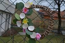 Velikonoční výzdoba v okolí školní jídelny v Novém Strašecí.