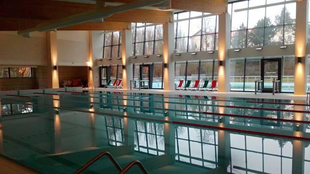 Velký vnitřní bazén v rakovnickém aquaparku.