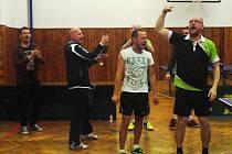Hned po posledním vítězném míčku propukly oslavy, které řídil nadšený Václav Hejda (vpravo).