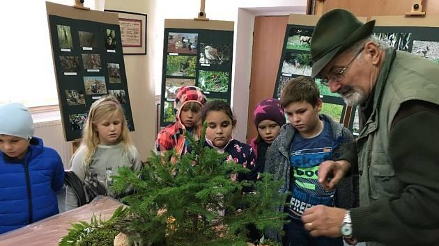 Výstava hub a fotografií zvěře a ptáků v zasedací místnosti úřadu městyse Kněževes.