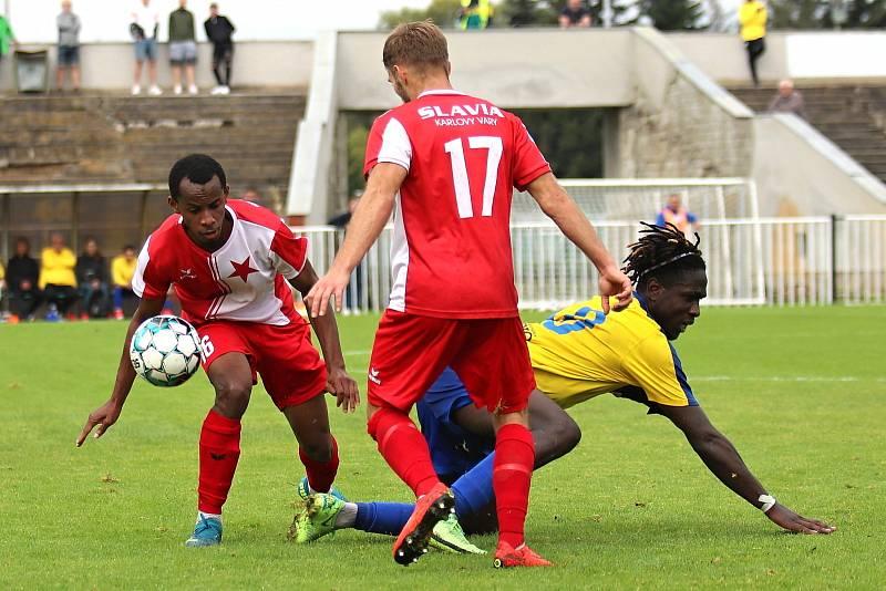 SK Rakovník (ve žlutém) konečně prolomil smůlu a slaví první výhru v ČFL - doma přemohl Karlovy Vary 4:2.