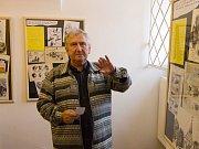 Atmosféra při vernisáži děl Ladislava Hojného ve Výstavní síni na radnici.