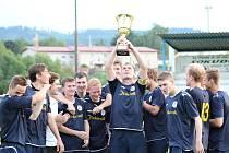 Kapitán SK Rakovník Michal Fojtík (s pohárem) se raduje se svými spoluhráči ze zisku trofeje.