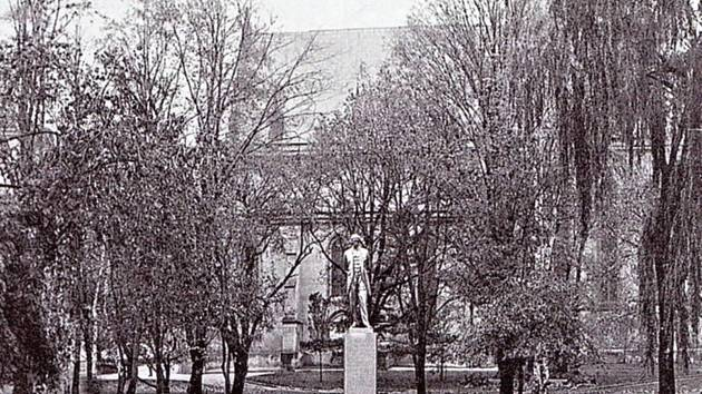 Park před kostelem sv. Bartoloměje ve třicátých letech.